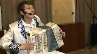 играет гармонист Павел Уханов