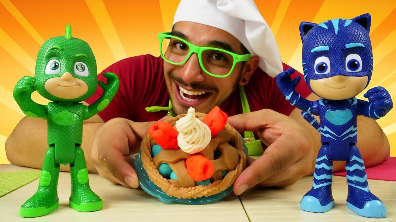 Recetas para niños: tartaletas de Play Doh. ¿Quién tiene hambre? Juguetes PJ Masks en español.