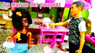 Barbie et ses copines se préparent pour le restaurant. Vidéo avec poupées pour filles.