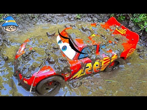 disney lightning mcqueen fell off the rocky bridge the car runs in the dirt and water youtube. Black Bedroom Furniture Sets. Home Design Ideas