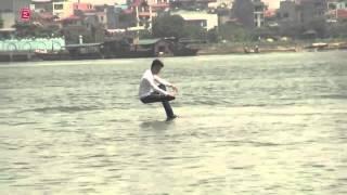 Ảo thuật gia Việt Nam đi trên mặt nước