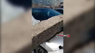 Во Владивостоке очередной столб расплющил автомобили
