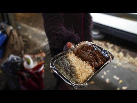 فيديو: الآلاف من -فقراء كوفيد-19 الجدد- في طوابير للحصول على الطعام في ميلانو الإيطالية…