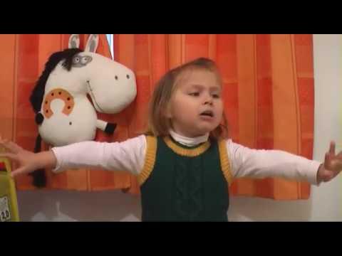 Изображение предпросмотра прочтения – Нандин Элизабет АмандинВарлей читает произведение «Хорошее отношение клошадям (Били копыта, пели будто…)» В.В.Маяковского