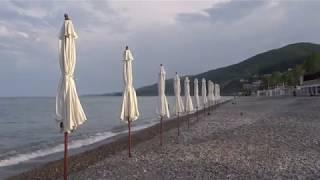 """Пляж """"Свирский"""" ранним утром. На море только рыбаки - идет барабуля. Лазаревское, 18 мая 2019"""