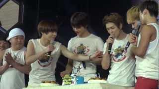 [2012.12.08][HD]SHINEE World Concert 2 Singapore - Birthday Prank!Poor Minho & Onew!