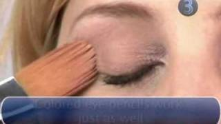How to apply three shades of eye shadow Thumbnail
