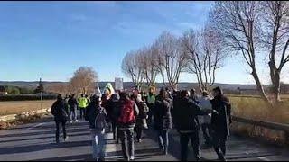 Manosque : le cortège des manifestants descend au rond-point de l'A51