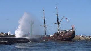 Galeon  Król Eryk wypływa z portu Darłówko podczas letniego sztormu, 23.07.15