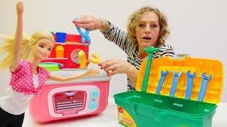 Nicoles Grüne Box - Barbie braucht einen Klempner - Spielzeug Video mit Puppen