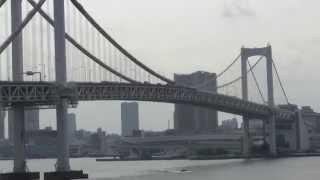 レインボーブリッジの北側遊歩道から見た東京タワーと東京スカイツリー...