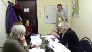 Урок английского языка с группой пенсионеров в языковом центре