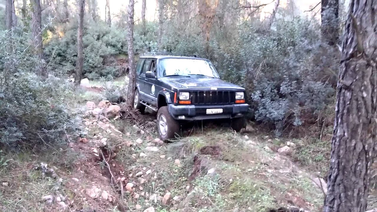 suzuki samurai vs jeep cherokee at evia with fetes club 4x4 - youtube