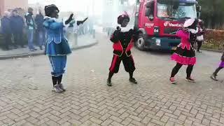 Dans pieten in actie tijden de intocht van Froombosch.