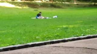 Як дівчина робить масаж дівчині в Стрийському парку Львова