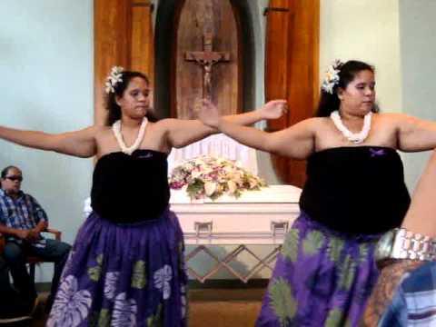 Mikioi-Kanaka wai wai hula.