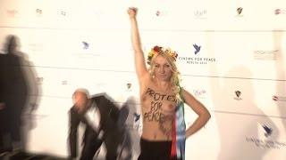 Nackt-Alarm bei Cinema For Peace: Femen-Frau oben ohne für den Frieden