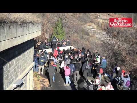 No Tav, attivisti arrivano alle recinzioni del cantiere. Scontri con le forze dell'Ordine