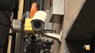 Super- rapina a Milano, i banditi coprono la fuga lanciando bombe molotov