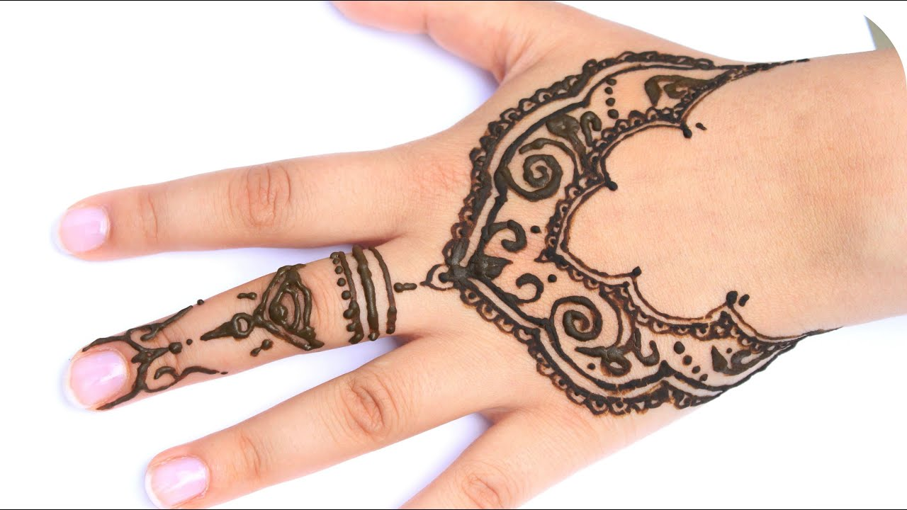 Blumenkleid Und Henna Tattoo Auf Der Hand 1