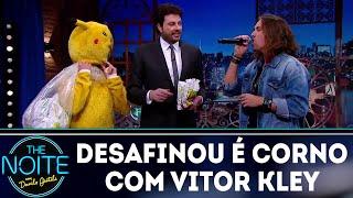 Baixar Desafio: Quem desafina é corno com Vitor Kley | The Noite (03/08/18)