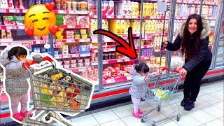بيبي بعمر سنة (1) تشتري لأهلها من السوبر ماركت 🛒 | قمة الكياتة🥰