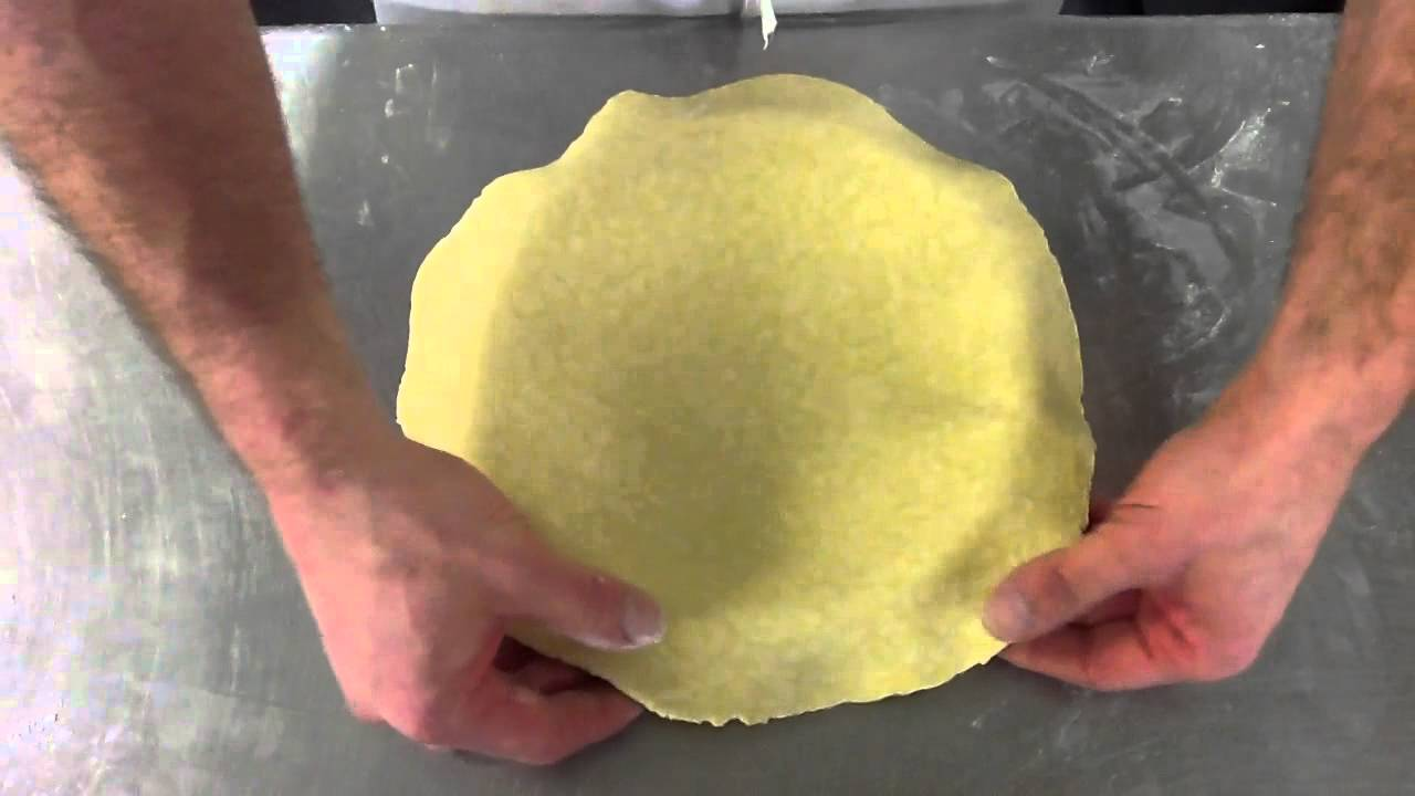 apprendre foncer une pate pour une tarte mettre la pate dans un moule ou cercle youtube. Black Bedroom Furniture Sets. Home Design Ideas