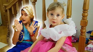Alena y Pasha fingen jugar con Genio