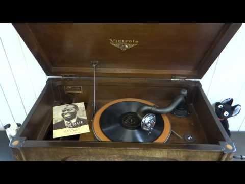 "( Phonograph ""Victrola V-30"" Plays ) C'EST SI BON / Louis Armstrong"