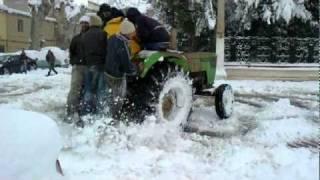 drifting avec tracteur sur la neige a miliana place de lhorloge