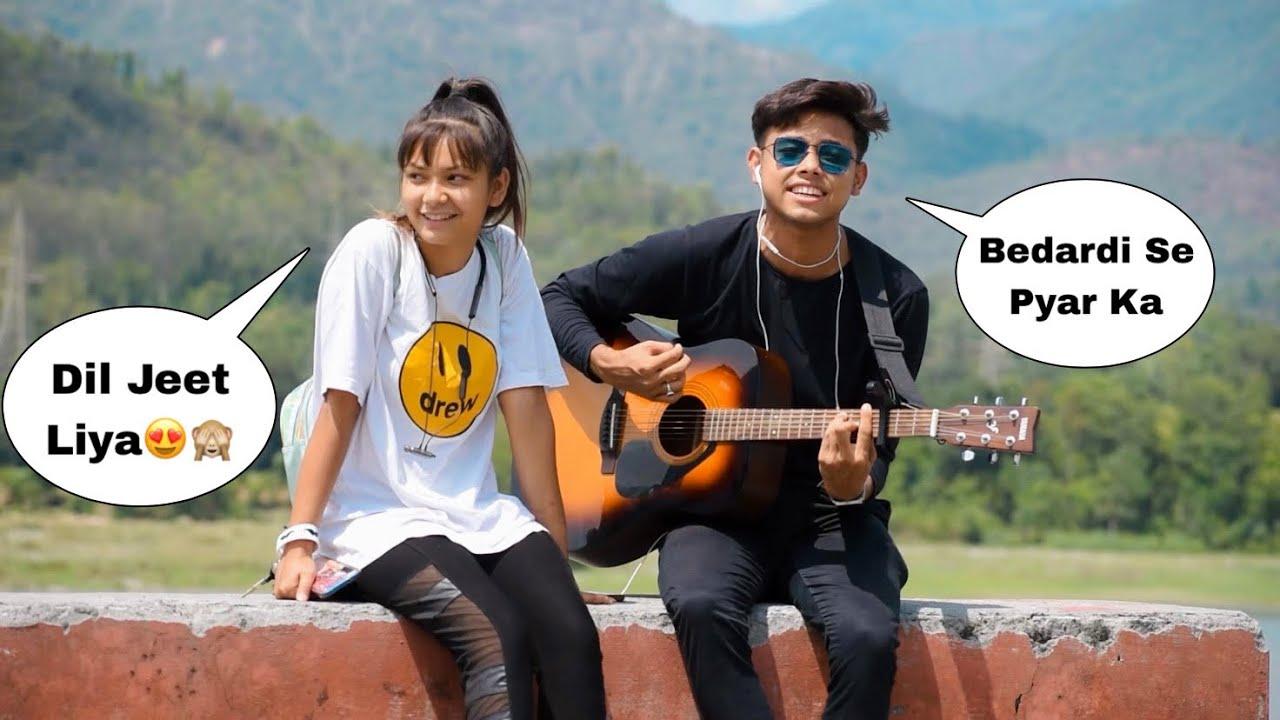 Bedardi Se Pyaar Ka   Jubin Nautiyal   Randomly Singing With Guitar In Front Of Cute Girl   Jhopdi K