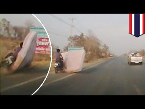อาถรรพ์ ที่นอนไทยบินได้ กระแทกคนขับมอเตอร์ไซค์ปลิว