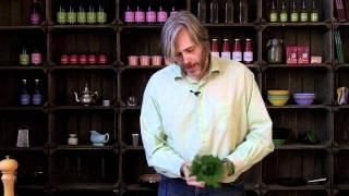 Råmarinerede grøntsager med kogte kartofler og hakkebøffer