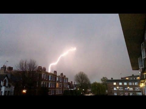 Видео: молния попала в самолет, приземлявшийся в Лондоне