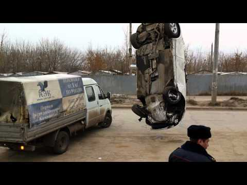 В Самаре BMW доставали из ямы, куда автомобиль провалился ночью