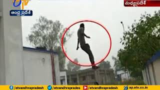 Caught on camera | Hospital Staff rescue man attempting suicide | Madhya Pradesh