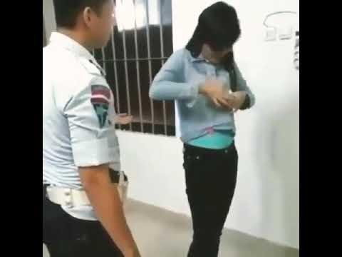 viral!! Wanita di minta buka baju Diduga mnyelundupkan sesuatu dalam pakaian nya setelah di buka te