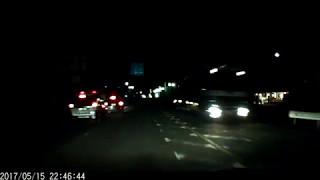 暗闇に潜むパトカーの前で違反する車