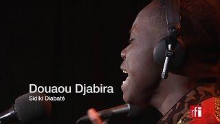 """Sidiki Diabaté chante """"Douaou djabira"""" dans Couleurs tropicales"""
