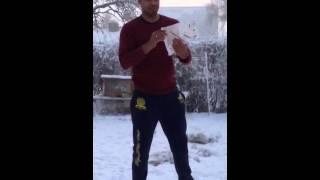 Fraga mulher tirando roupa na neve.