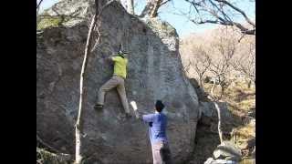 5メートルはゆうにある岩の真ん中を登る好課題。身長があるとSDから...
