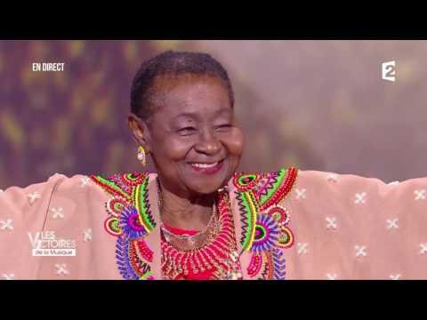 Calypso Rose reçoit sa Victoire de la Musique