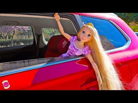 Rapunzel Juega en el Parque infantil para niños