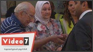 بالفيديو.. الفنان رشوان توفيق بصحبة زوجته فى انتخابات الرئاسة بالزمالك