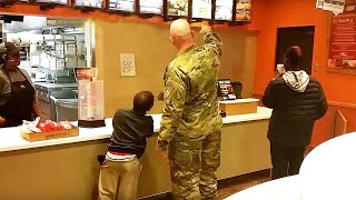 Солдат шел сделать заказ, но остановился, когда услышал двух мальчиков позади себя