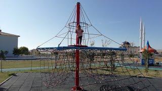 Ayşe Ebrar Oyun Parkında Kedi Çocuk Oldu Çok Yükseklere Tırmandı. Korktu Aşağı İnemedi.