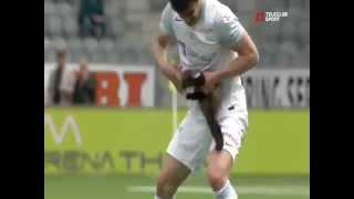 Зверёк укусил футболиста во время матча!