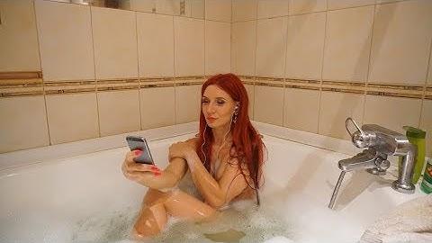 Selfie maniac naked in bathtube