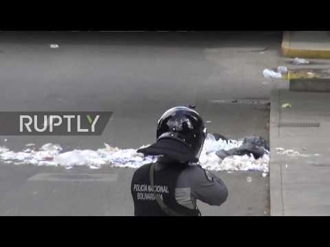 Venezuela: Running battles between anti-Maduro protesters and police in Caracas
