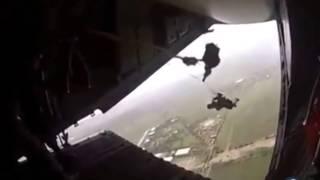 Un parachutiste reste accroché à l'avion